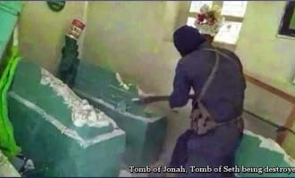 VIDÉO : Les terroristes wahhabites salafistes de Daesh à la solde des sionistes détruisent des Mausolées de Prophètes, des mosquées. (ÂMES SENSIBLES S'ABSTENIR)
