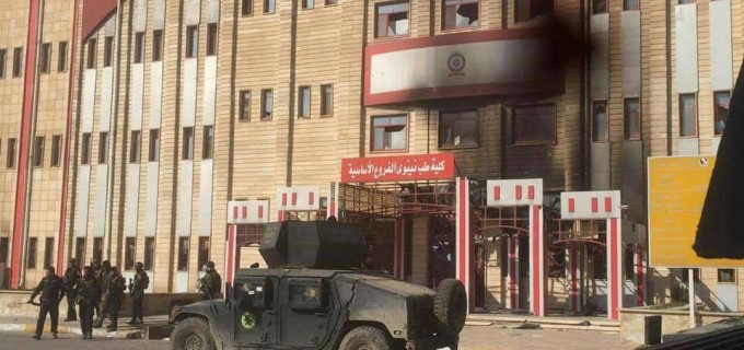 Les forces irakiennes au sein de l'Université de Mossoul après sa libération hier des mains des terroristes de Daesh