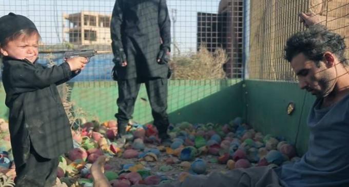 ATTENTION IMAGES CHOQUANTES : Un enfant daeshien tue à bout portant 1 homme et 2 jeunes garcons