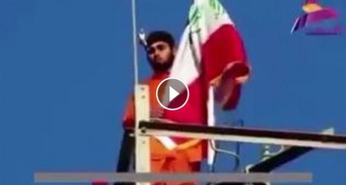 Cet irakien a été forcé d'élever le drapeau de Daesh, mais a soulevé le drapeau de l'Irak, alors les terroristes salafistes lui ont tiré dessus…