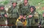 [Vidéo Choc]   Les sauvages soldats sionistes lourdement armés menacent un jeune palestinien de 8 ans qu'ils suspectent d'être en lien avec un groupe de lanceurs de pierres dans la ville d'Al-Khalil