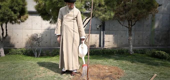 En image : Le guide de la Révolution islamique, Ali Khamenei plante des arbres à son domicile à l'occasion de la journée de l'arbre