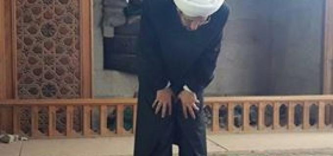 le Grand Mufti de Syrie, Cheikh Hassoun prie dans la mosquée des Omeyyades à Alep….