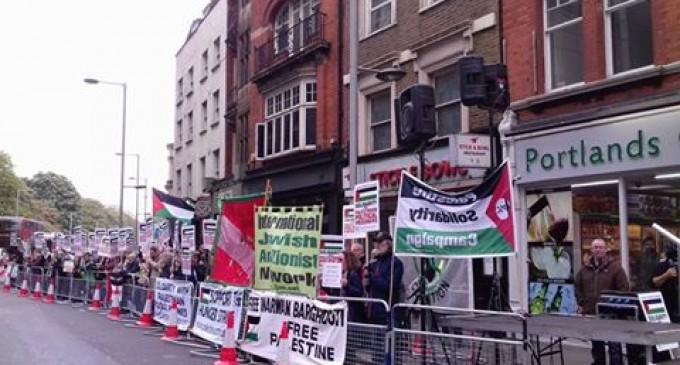 Les Anglais manifestent devant l'ambassade d'Israël à Londres, en solidarité avec les prisonniers palestiniens.