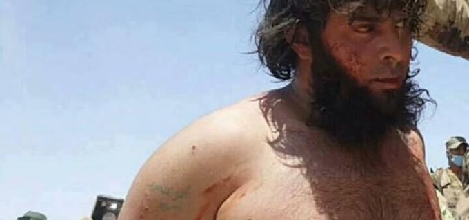 Regardez le terroriste salafiste de Daesh capturé par les forces de la Mobilisation Populaire près du poste frontalier de Tal Safoug en Irak