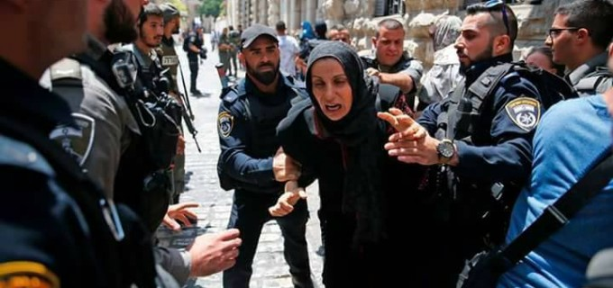 Ces femmes voulaient juste prier dans la mosquée d'Al Aqsa, mais regardez la démocratie israélienne…c'est comme ça que les soldats israéliens les traitent
