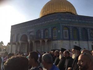 Chrétiens et Musulmans célèbrent la défaite d'Israël à la bataille de la mosquée Al-Aqsa alors qu'Israël est contraint de ré-ouvrir les portes4