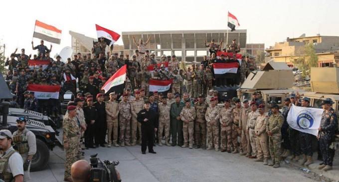 En images : Le Premier Ministre Irakien Heydar Abadi lève le drapeau irakien dans le ciel de Mossoul et a annoncé la libération totale de Mossoul