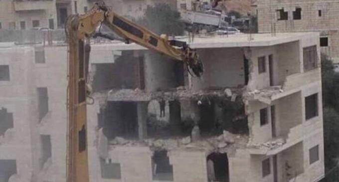 Les bulldozers de l'occupation israélienne ont démoli un immeuble résidentiel appartenant aux Palestiniens dans le village de Issawiya