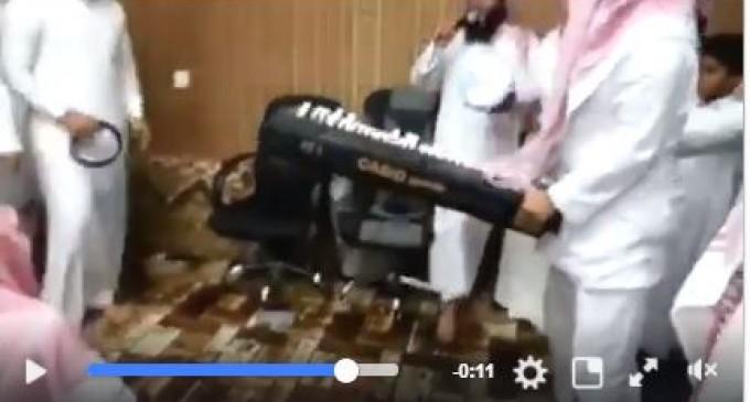 Regardez ces sauvages wahhabites qui détruisent des instruments de musique tout en chantant «Allahu akbar»