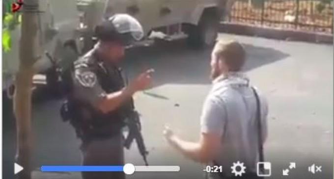 Regardez le courage de cet activiste européen qui défie les soldats de l'armée d'occupation israélienne