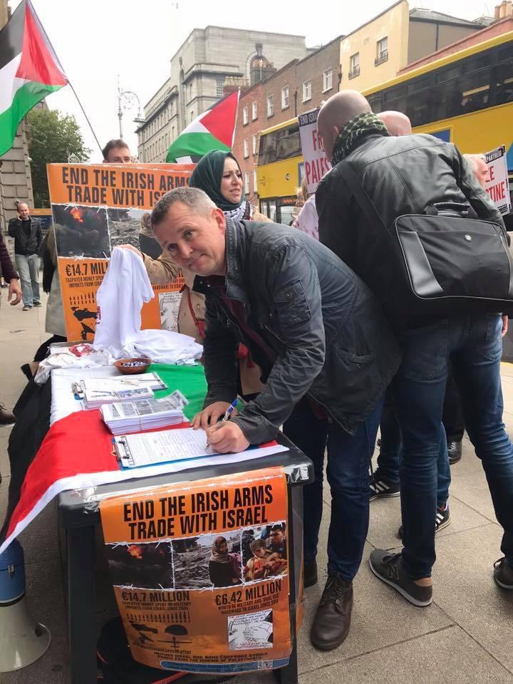 solidarité irlandaise avec la Palestine, le gouvernement a reçu une pétition demandant de mettre fin au commerce des armes avec l'entité israélienne2