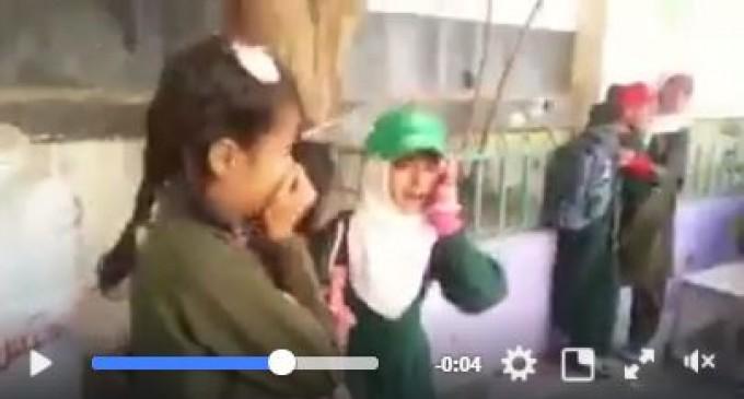 Regardez et imaginez si c'étaient vos enfants: les écoliers yéménites sont terrifiés au moment des frappes aériennes de la coalition menée par l'Arabie saoudite