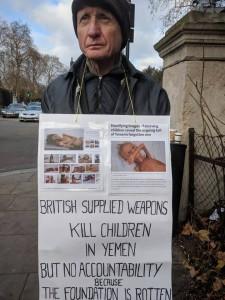 En images, les britanniques manifestent devant les ambassades saoudienne et des EAU pour condamner le massacre du peuple Yéménite3