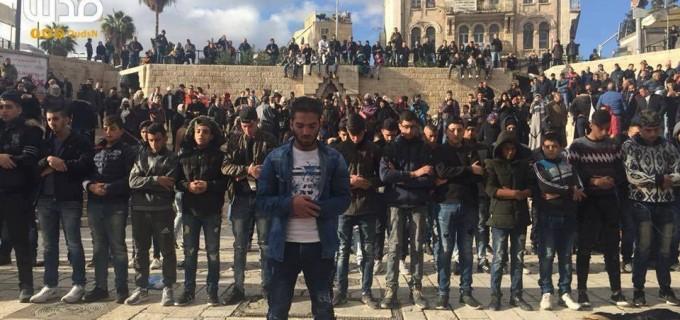Les Palestiniens accomplissent des prières en masse devant la porte de Damas dans Jérusalem occupée, dans le cadre de leur protestation contre les décisions de Trump.