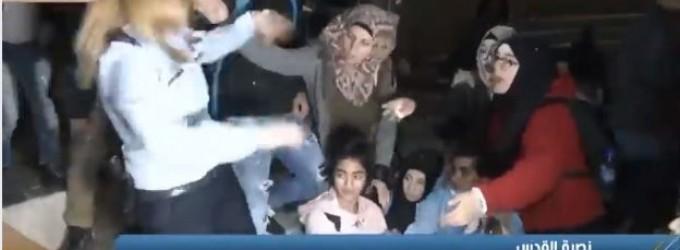 Regardez ce qu'une palestinienne a fait à ce soldat israélien qui harcelait et agressait une jeune fille, essayant de frapper des manifestants à la porte de Damas à Jérusalem occupée.