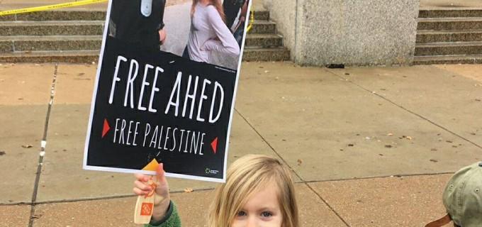 Des femmes manifestent à Saint Louis (Etats-Unis) en solidarité avec Ahed Tamimi