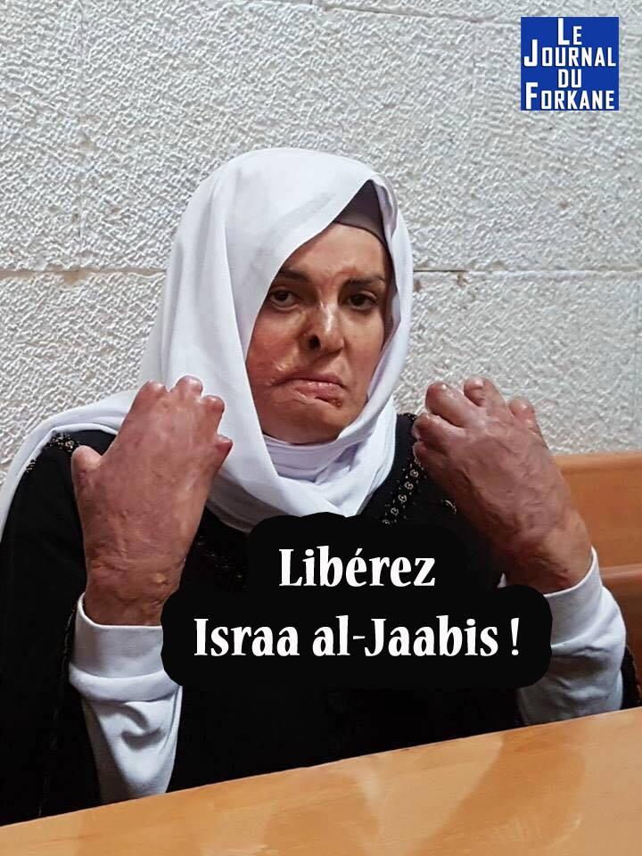 Israa Al-Jaabis, au tribunal militaire israélien, ce matin. Elle montre les graves brûlures qui lui ont été faites au visage et aux mains.