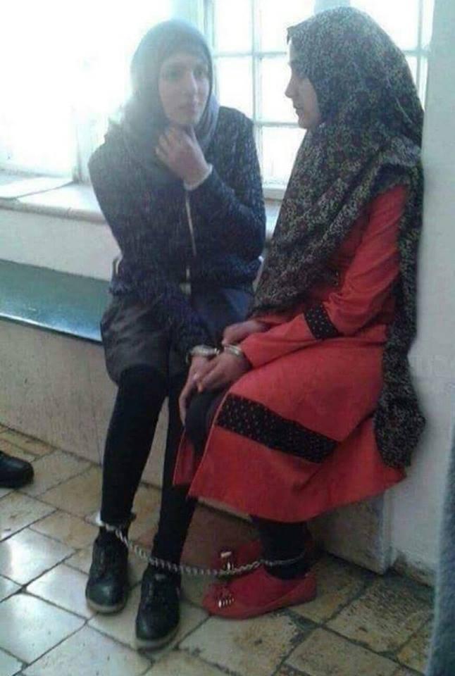 2 filles palestiniennes arrêtées et enchaînées par Israël pour des publications sur leurs comptes Facebook.