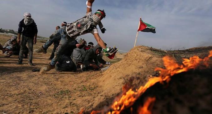 Les Palestiniens font face aux forces d'occupation, le long de la frontière de la bande de Gaza avec la Palestine occupée, le dixième vendredi de rage.
