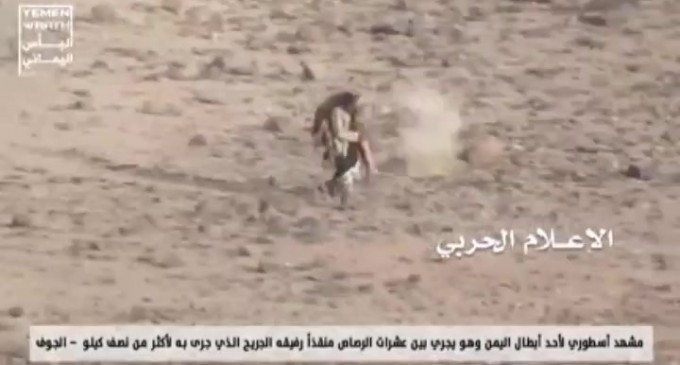 Regardez cette scène mythique rare d'un résistant yéménite évacuant un blessé au milieu des balles