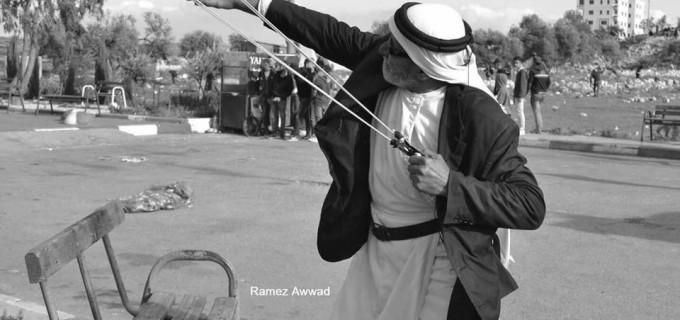 L'IMAGE DU JOUR : Un vieux palestinien utilise un lance-pierres pour affronter les soldats de l'occupation lors d'affrontements à l'entrée nord de la ville d'Al-Bireh, dans le centre de la Cisjordanie, hier.