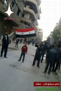 Les habitant de Hamuriyah et de Saqba dans la Ghouta orientale élèvent le drapeau syrien au milieu de leur ville et sortent dans les rues dans des manifestations pro-Syriennes.1