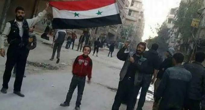 Les habitant de Hamuriyah et de Saqba dans la Ghouta orientale élèvent le drapeau syrien au milieu de leur ville et sortent dans les rues dans des manifestations pro-Syriennes