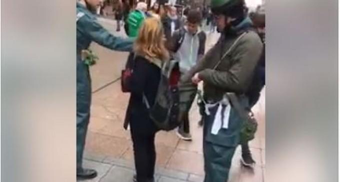 A Dublin des jeunes ont mis en scène un «faux checkpoint» sur la rue commerçante la plus fréquentée de la capitale pour donner aux gens un aperçu de la peur et de l'humiliation quotidiennes auxquelles sont confrontés les palestiniens en Palestine occupée