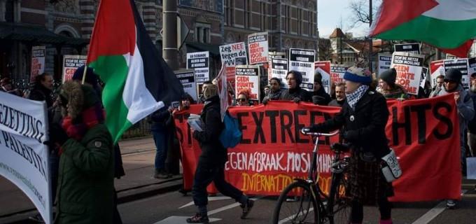 Pays-bas : les manifestants ont levé les drapeaux et affiches palestiniens contre l'occupation israélienne lors d'une manifestation anti-racisme à Amsterdam hier