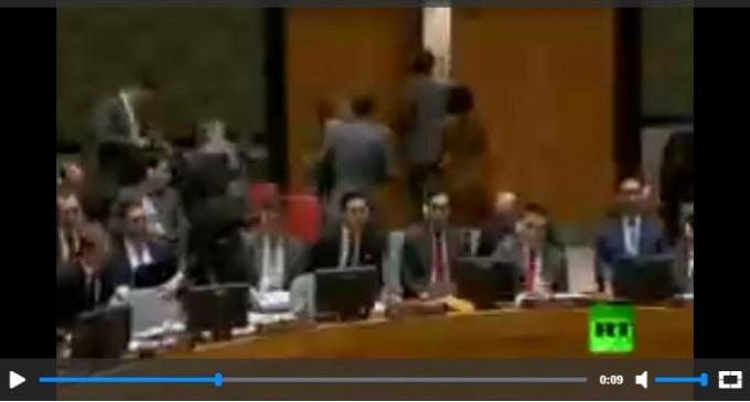 Regarsez l'ambassadrice des États-Unis aux Nations unies – Nikki Halley quitter le conseil de sécurité au moment de la prise de parole par le représentant permanent de la Syrie à l'Onu, le Dr Bachar el-Jaafari
