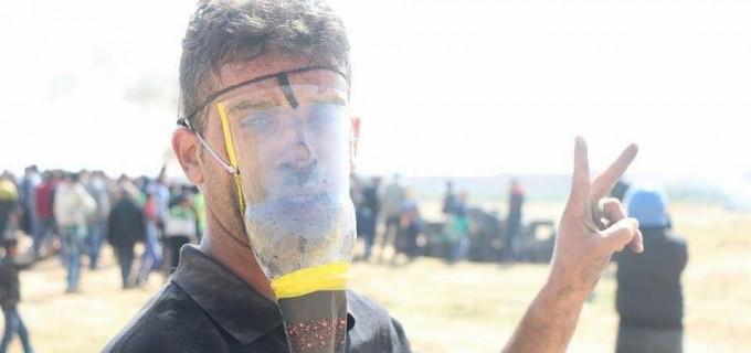 En utilisant des matériaux simples, les palestiniens font des masques à gaz primitifs pour se protéger contre l'inhalation de gaz toxiques jetés sur eux par des soldats israéliens.