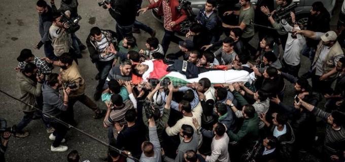 En images : Les funérailles de Yaser Murtaja, journaliste palestinien tué par les snipers israéliens