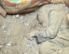 Une femme yéménite âgée priait Dieu en utilisant son chapelet, quand les bombes saoudiennes tombèrent sur elle et la tuèren