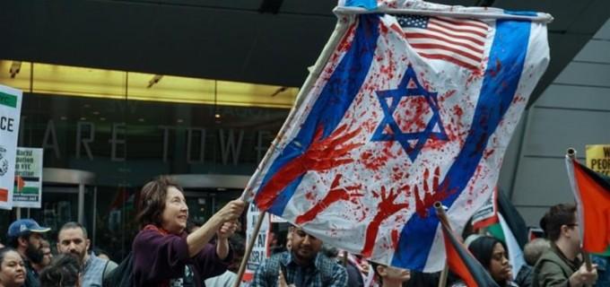 Des manifestants à New York ont élevé un drapeau sanglant israélien, en solidarité avec les palestiniens