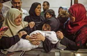 Le Bébé Palestinien de 8 mois Leila Ghandour est décédée en inhalant des gaz lacrymogènes lancés par les forces d'occupations israéliennes..! 3