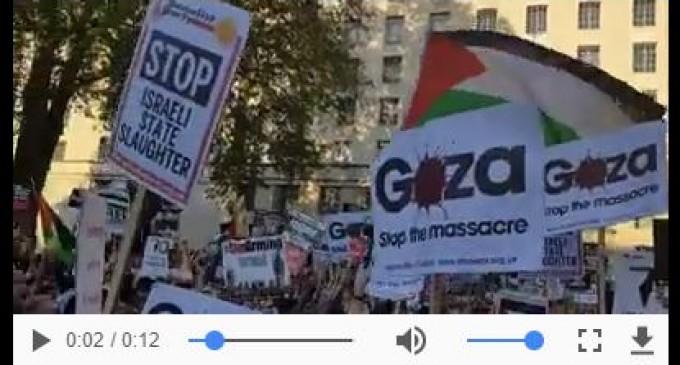 Les Londoniens se rassemblent devant le gouvernement britannique pour protester contre le soutien de la grande-Bretagne à l'armée israélienne