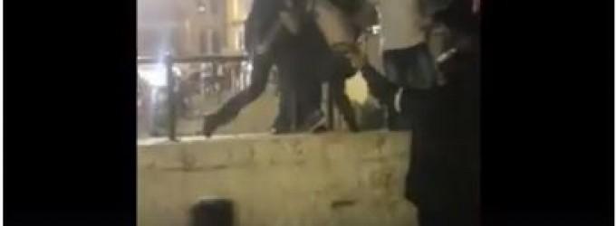 Choquant ! Les forces israéliennes agressent brutalement un jeune palestinien près de la porte de Damas dans Jérusalem occupée