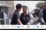 Regardez ce brave petit garçon palestinien qui insiste pour traverser le poste de contrôle israélien dans la mosquée d'Al-Aqsa !