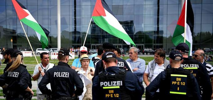 Des militants pro-Palestiniens protestent devant le parlement allemand à Berlin contre la visite du premier ministre israélien Netanyahu en Allemagne.