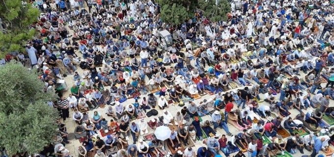 Des milliers de Palestiniens accomplissent les prières du vendredi dans la mosquée d'Al-Aqsa à Jérusalem occupée, Vendredi
