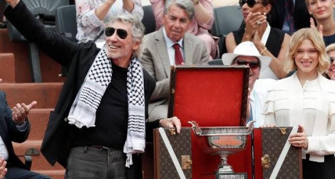 L'IMAGE DU JOUR : Roger Waters (Pink Floyd) porte son keffieh en direct pendant la finale de Roland-Garros