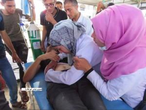 Une ambulancière palestinienne est allé faire un traitement à l'un des blessés à la frontière de Gaza et a découvert que l'un des blessés était son mari.1