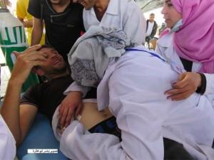 Une ambulancière palestinienne est allé faire un traitement à l'un des blessés à la frontière de Gaza et a découvert que l'un des blessés était son mari.2