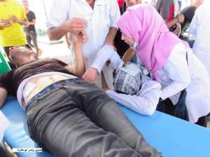 Une ambulancière palestinienne est allé faire un traitement à l'un des blessés à la frontière de Gaza et a découvert que l'un des blessés était son mari.3
