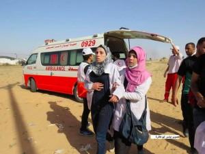 Une ambulancière palestinienne est allé faire un traitement à l'un des blessés à la frontière de Gaza et a découvert que l'un des blessés était son mari.4
