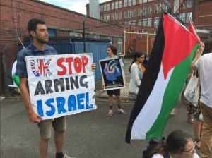 À Oldham (Ville en Angleterre), des militants pro-Palestiniens protestent contre l'existence immorale d'une usine d'armes israélienne, mortelle sur le sol britannique1