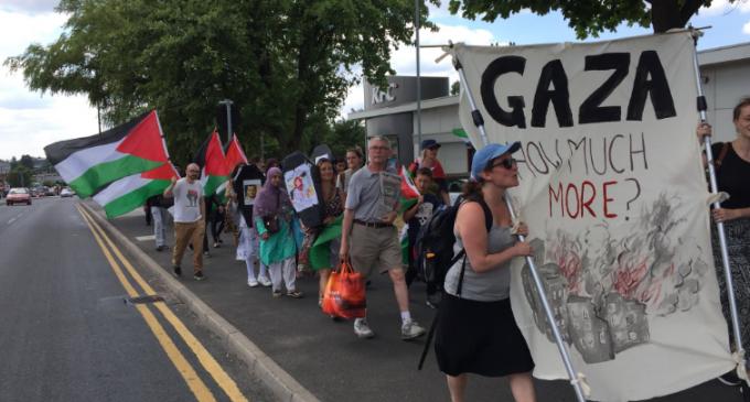 À Oldham (Ville en Angleterre), des militants pro-Palestiniens protestent contre l'existence immorale d'une usine d'armes israélienne, mortelle sur le sol britannique