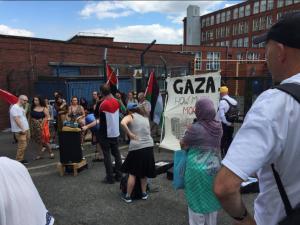 À Oldham (Ville en Angleterre), des militants pro-Palestiniens protestent contre l'existence immorale d'une usine d'armes israélienne, mortelle sur le sol britannique4