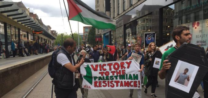 Les militants pro-Palestiniens manifestent à Manchester pour demander la fin de la terreur israélienne contre le peuple palestinien